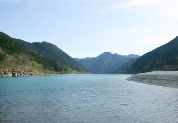 雄大に流れる熊野川